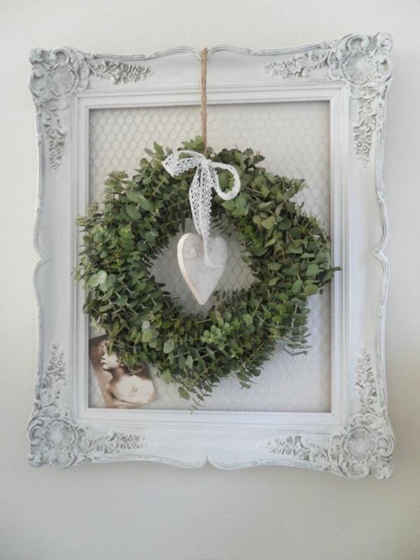 weiße weihnachtsdeko - eleganter kranz mit einem herz in weiß