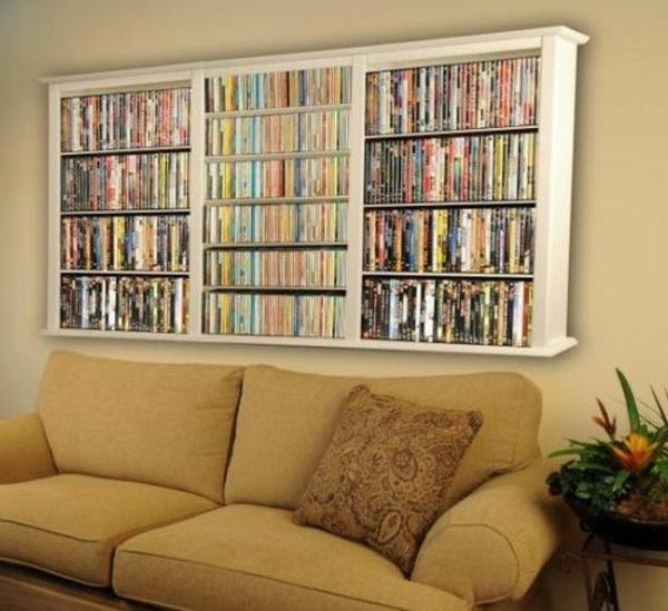 kleines wohnzimmer einrichten - sofa und regale darüber