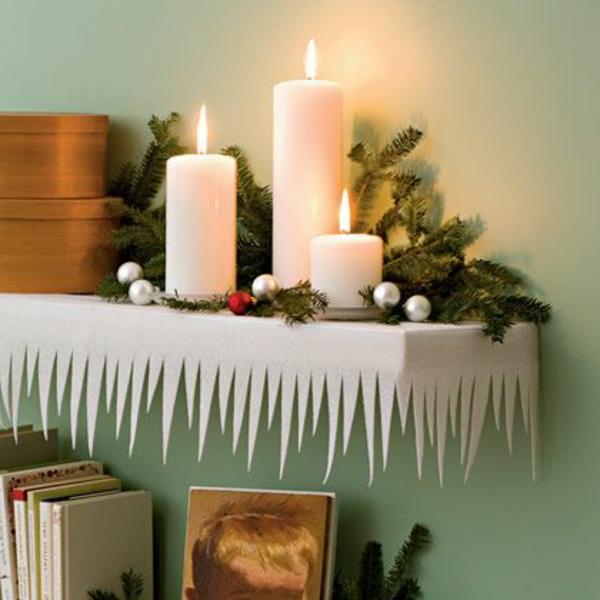 schöne weiße weihnachtsdeko - elegante kerzen auf einem regal