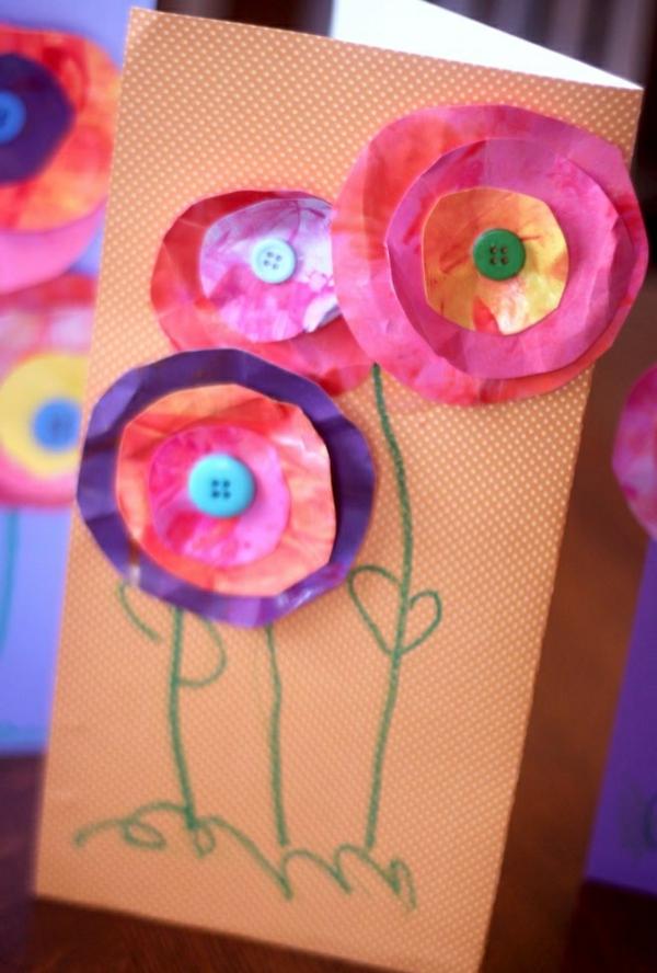 bastelideen für kindergarten - ansichtskarte mit blumen aus papier - foto vom nahen genommen