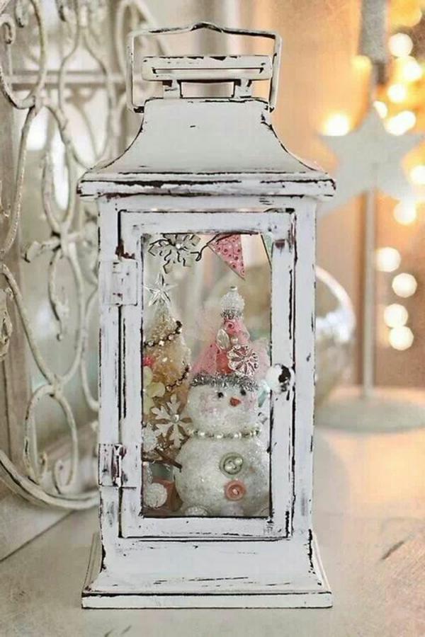 weiße weihnachtsdeko - weiße lampe und ein schneemann drin