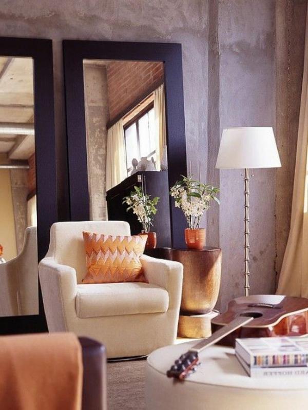 kleines wohnzimmer einrichten - spiegel und lampe in weiß