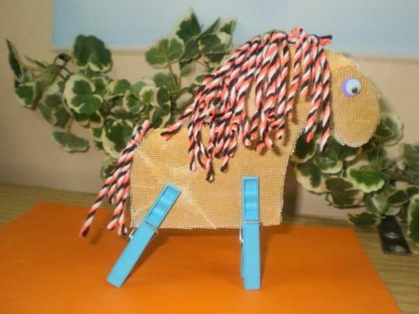 bastelideen für kindergarten - ein diy pferd - blätter dahinter