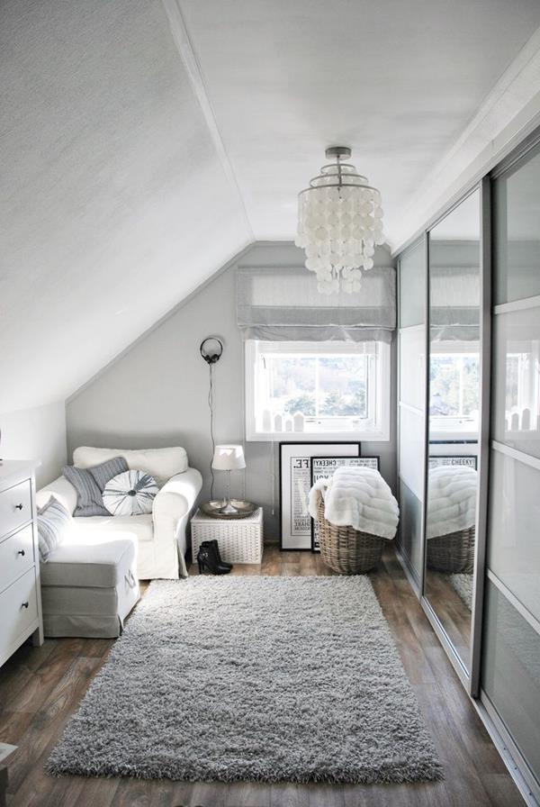 Ankleidezimmer-mit-weißen-Wänden