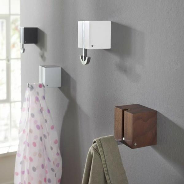 Aufhängen-von-Kleidern-praktische-Ideen-aus-Holz