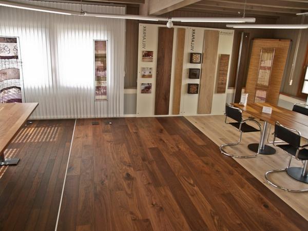 Büro-gemütliche-warme-Atmosphäre-in-der-Wohnung-mit-Parkett