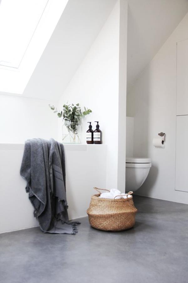 Badezimmer-mit-weißer-Badewanne
