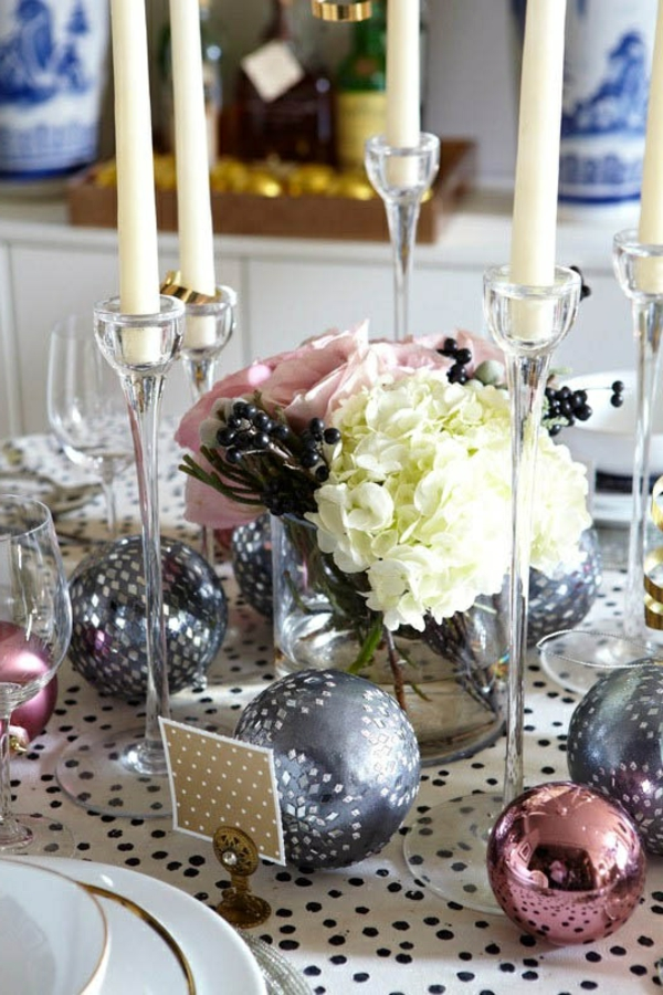 Blumendeko-Weihnachtsdeko-günstig-Weihnachtsdeko-selber-machen-Deko-für-Tisch Tischdeko zu Weihnachten