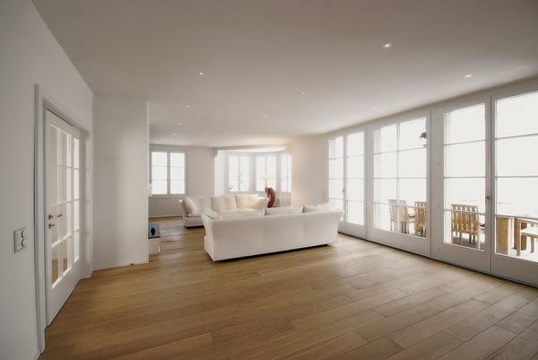 -Bodenbelag-aus-Holz-für--eine-wunderbare-Atmosphäre-zu-Hause