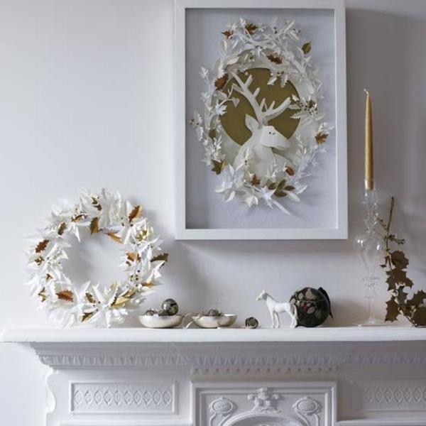 weiße weihnachtsdeko - schöner kamin und weiße kränze darüber