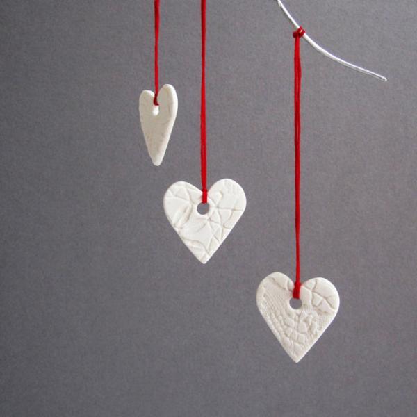 weiße weihnachtsdeko - schöne herzen, die hängen