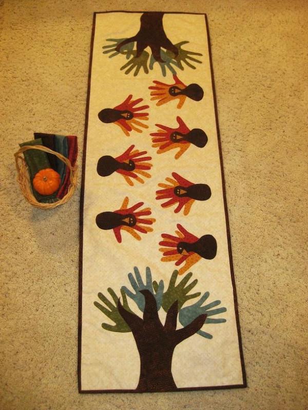 bastelideen für kindergarten - handausdrücke auf dem teppich