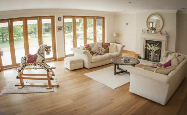 Design-Wohnzimmer-schöne-Wohnung-mit-Parkettboden-tolle-Wohnideen