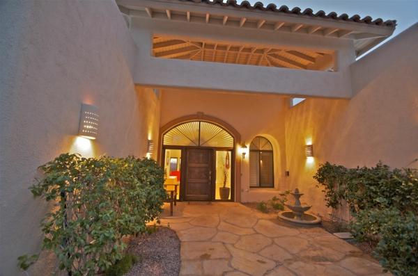 Eingangsüberdachung-mit-schöner-Beleuchtung-Exterior-Design