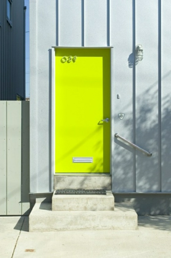 Eingangstür-mit-Neon-Farbe-Gelb-fluoreszierende-farben