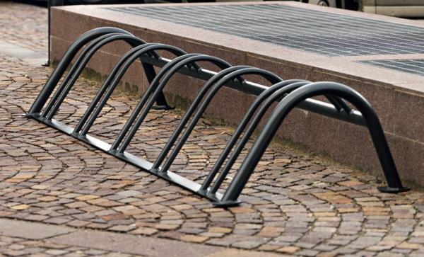 Fahrrad-Ständer-auf--der-Straße-für-mehrere-Fahrräder