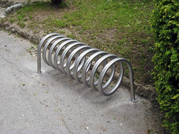 Fahrrad-Ständer-aus-Edelstal-wie-eine-Spirale