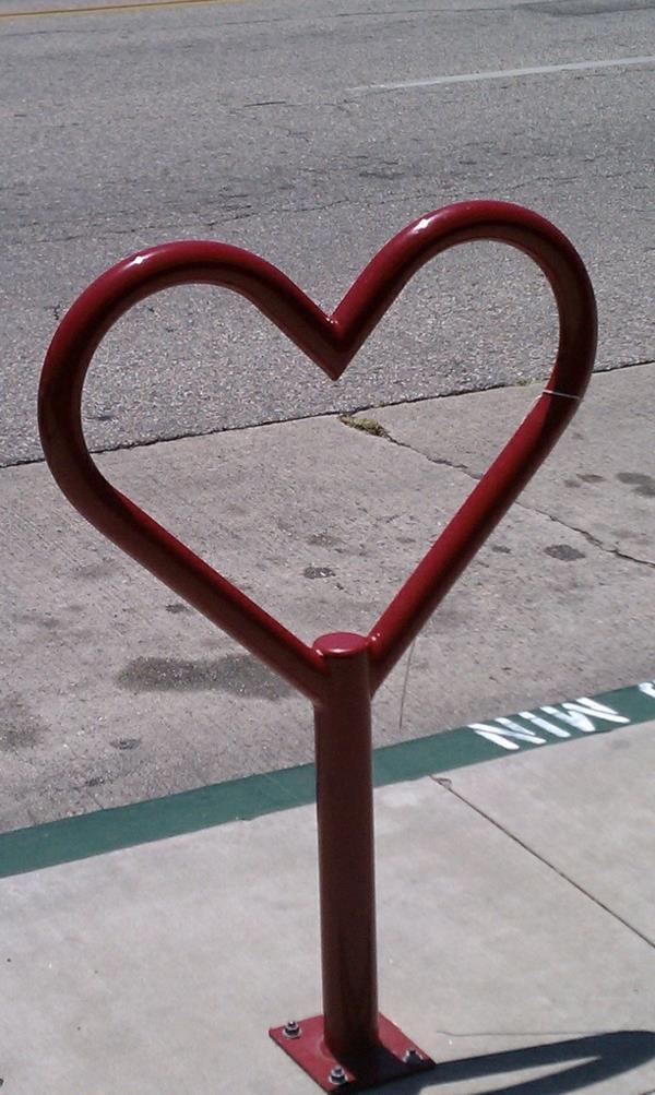 Fahrrad-Ständer-aus-Metall-in-Form-eines-Herzens