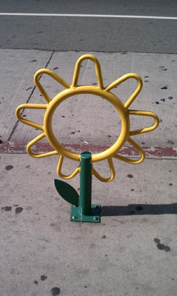 Fahrrad-Ständer-in-Form-einer-Sonnenblume