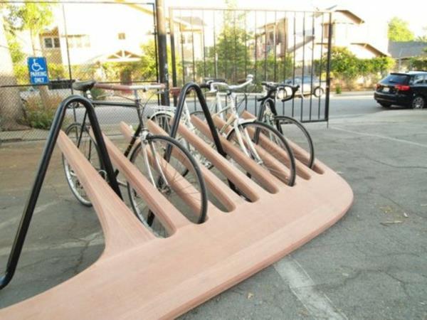 Fahrrad-Ständer-in-Form-eines-Kamms-aus-Holz