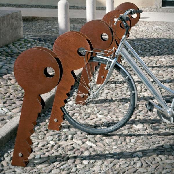 Fahrrad-Ständer-in-Form-eines-Schlüssels