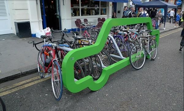 Fahrrad-Ständer-in-Grün-in-Form-eines-Autos