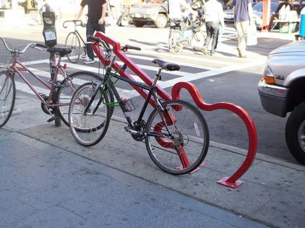 Fahrrad-Ständer-in-Rot-in-Form-einer-Gitarre