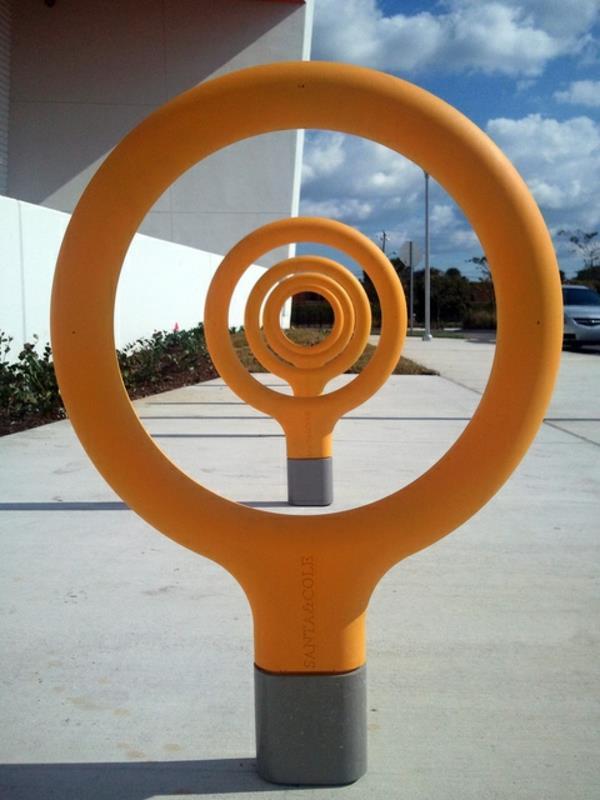 Fahrrad-Ständer-in-interessanter-Form-in-Orange