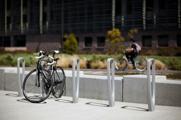 -Fahrradständer-auf-der-Straße-