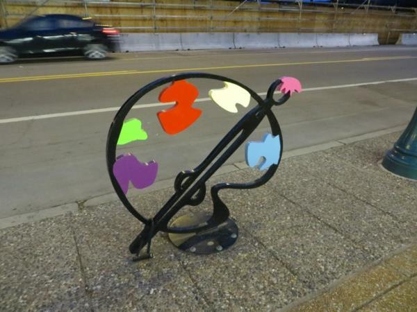 Farbpalette-Fahrrad-Ständer-auf-der-Straße
