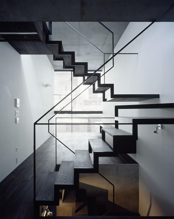 -Faszinierende-Innentreppe-Schwarz-Design-Idee