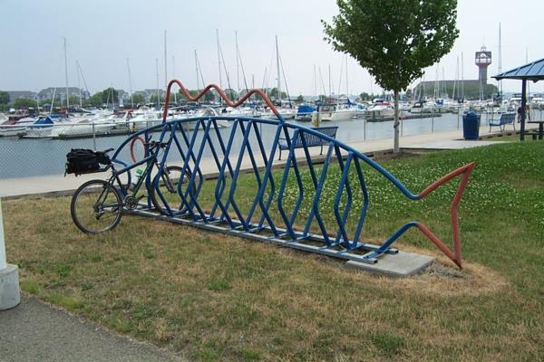 Fahrradständer in Form eines Fisches in Blau