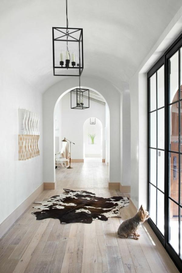 wohnzimmer ideen parkett:Wohnzimmer mit Parkettboden und Teppich.