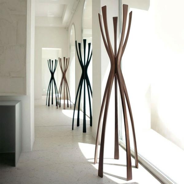 Garderobenständer-Holz-mit--originellem-Design-