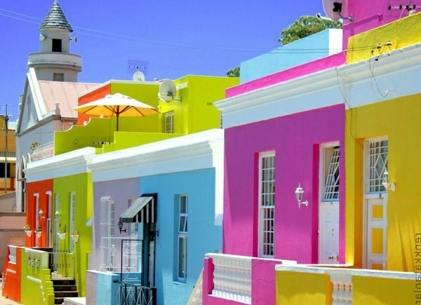Häuser,gestreicht-in-frischen-fluoreszierenden-farben-rosa-blau-gelb-grün