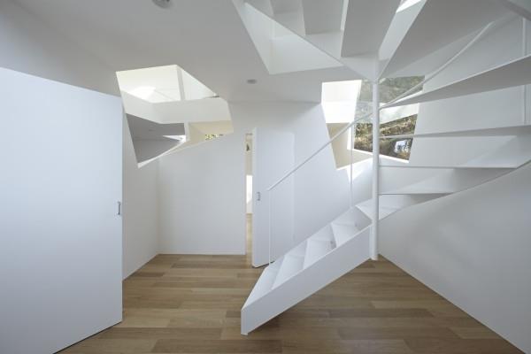 Ideen-für-das-moderne-Interior-Design-Innentreppe-weiße-Windeltreppe