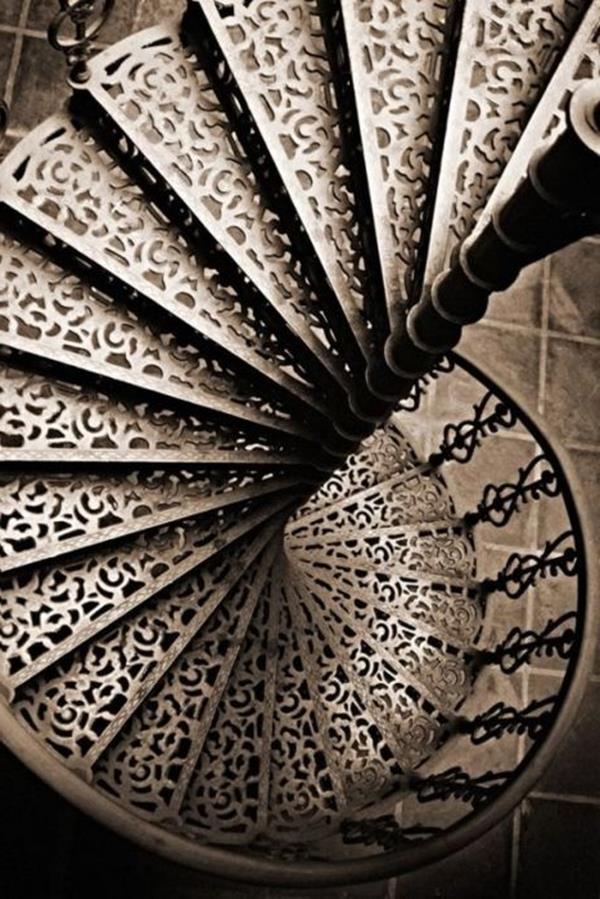 Innentreppe-Antik-ein-faszinierendes-Design-Windeltreppe