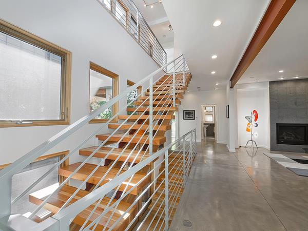 Innentreppe-aus-Holz-wunderbares-Design