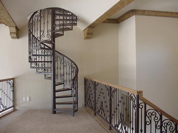 -Innentreppe-mit-einem-erstaunlichen-Design-Windeltreppe-mit-Geländer