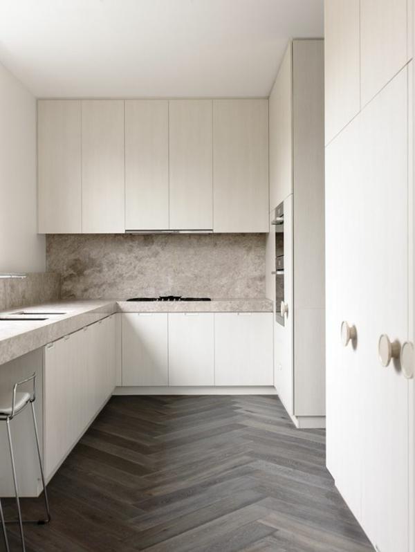 Küche-mit-grauem-Parkett