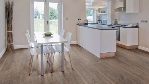 Küchegestaltumg-mit-Laminat-als-Bodenbelag