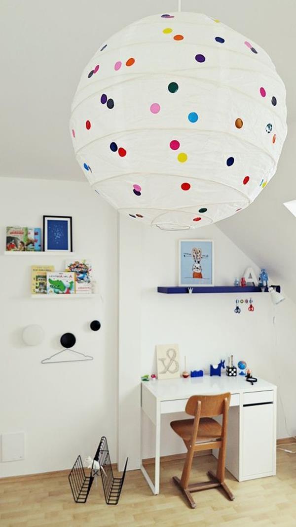 Kinderzimmer-einrichten-originelle-Lampe-und-weiße-Wände