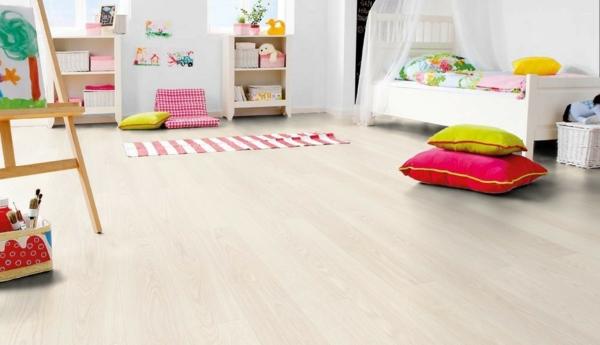 Kinderzimmer-mit-schönem-Laminat-Bodenbelag