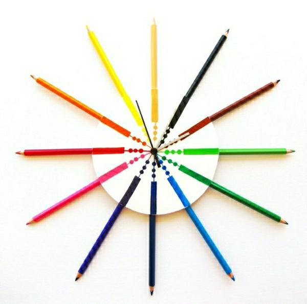 Kreative-Wandgestaltung-mit-coolem-Wanduhr-mit-vielen-Farben