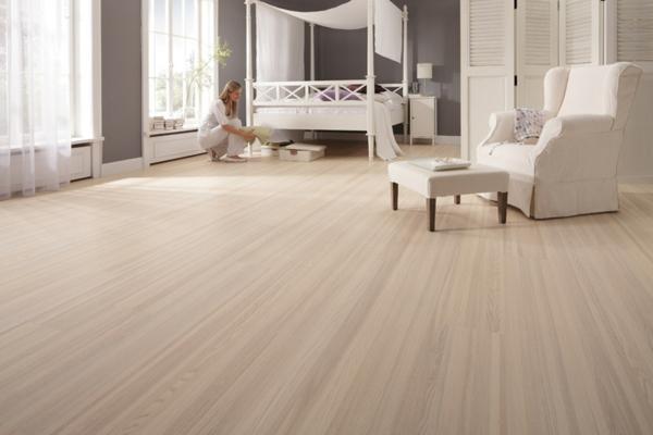 Laminat-verlegen-fantastischer-Bodenbelag-Laminat-Weiß