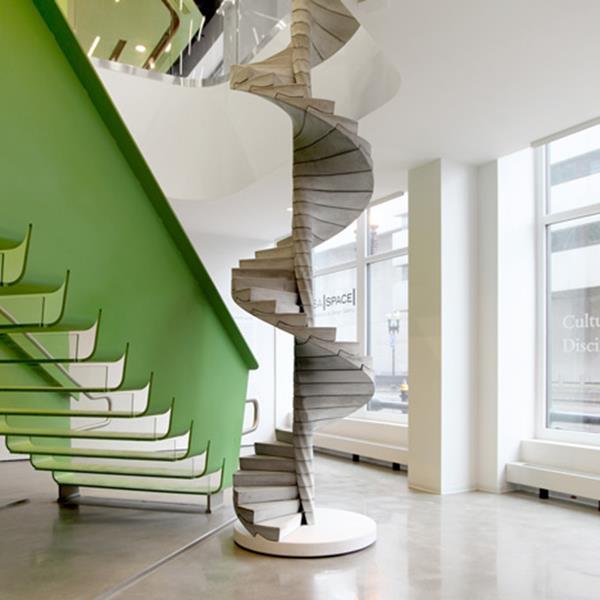 Luxus-Interior-Design-Ideen-faszinierende-Innentreppe-in-Grün