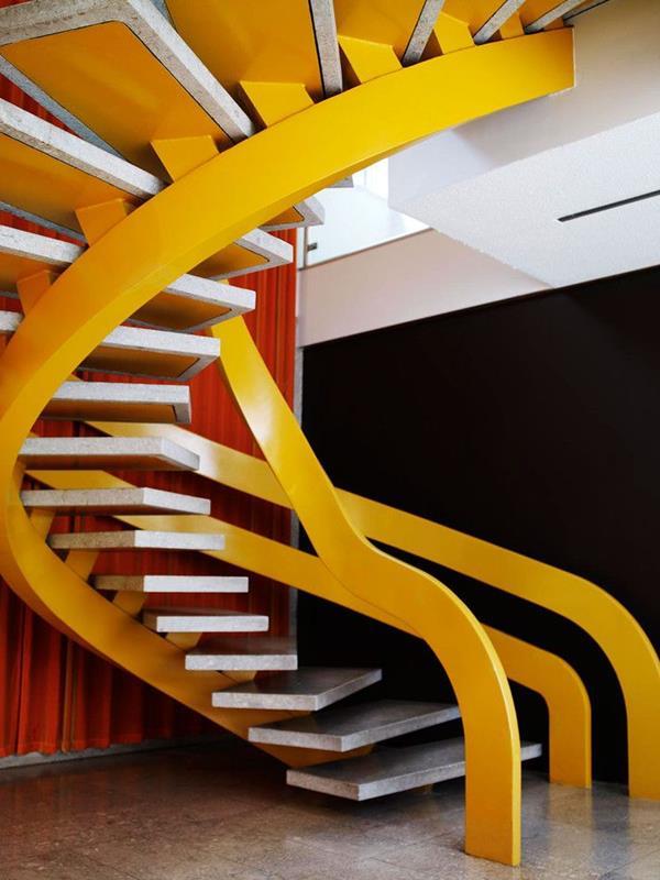 Luxus-Interior-Design-Ideen-faszinierende-Innentreppe-in-gelber-Farbe