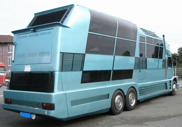 Luxus-Wohnmobile-in-blauer-Farbe