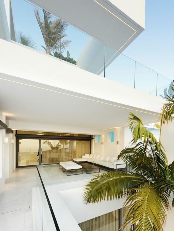 Luxushaus-in-Weiß-mit-ultra-moderner-und-stilvoller-Terrassengestaltung
