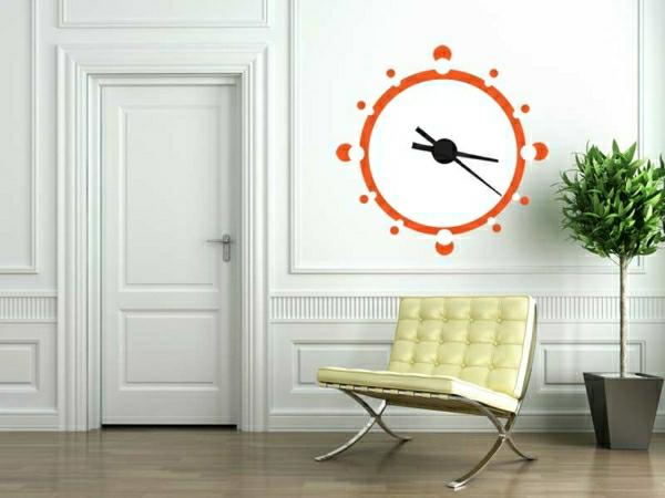 kreative Wandgestaltung mit toller Wanduhr in Orange